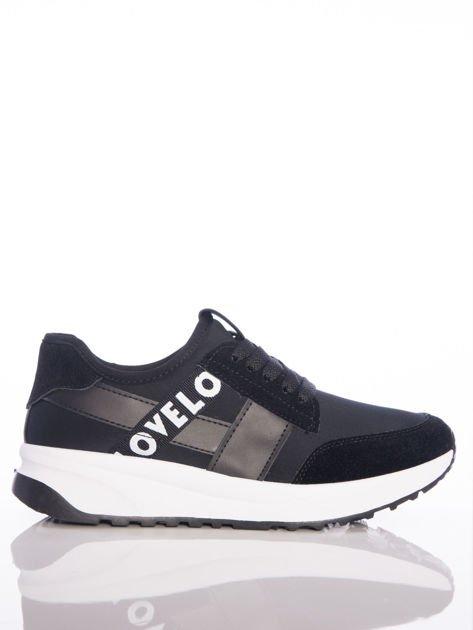 Czarne buty sportowe Rue Paris na sprężystej podeszwie z ozdobnymi napisami                                  zdj.                                  1