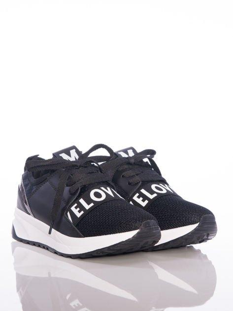 Czarne buty sportowe Rue Paris z ażurowymi wstawkami na przodzie i napisami                              zdj.                              1