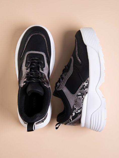 Czarne buty sportowe na podwyższeniu z błyszczącą wstawką i zwierzęcym motywem                              zdj.                              1