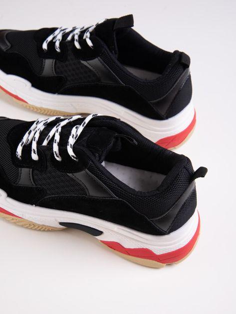 Czarne buty sportowe z kolorowymi sznurówkami i czerwoną wstawka na podeszwie                              zdj.                              3