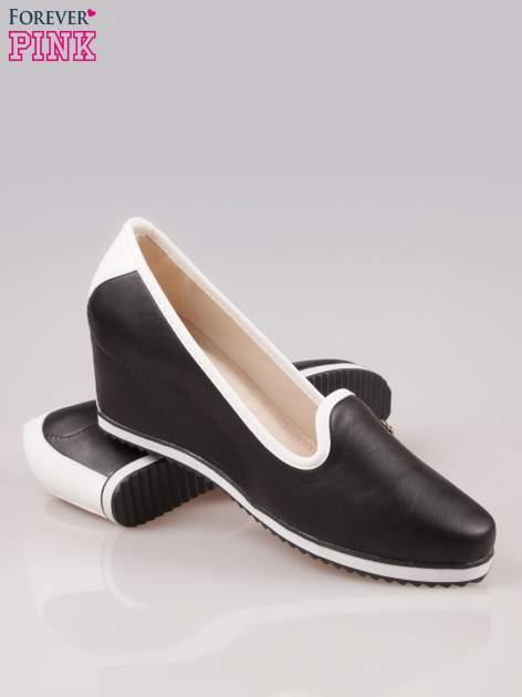 Czarne casualowe koturny faux leather Whimsy z białą lamówką                                  zdj.                                  4
