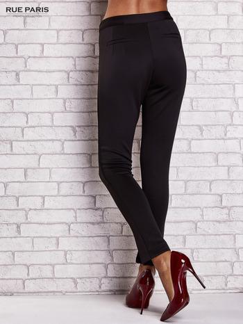 Czarne dopasowane spodnie z siateczkowym pasem                                  zdj.                                  2