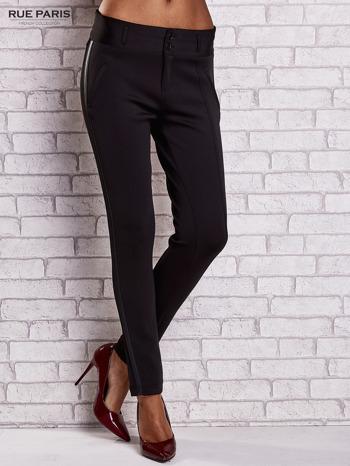 Czarne dopasowane spodnie ze skórzanym lampasem                                  zdj.                                  1