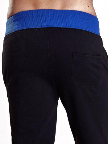 Czarne dresowe spodnie męskie z napisem CALIFORNIA i naszywką                                  zdj.                                  6