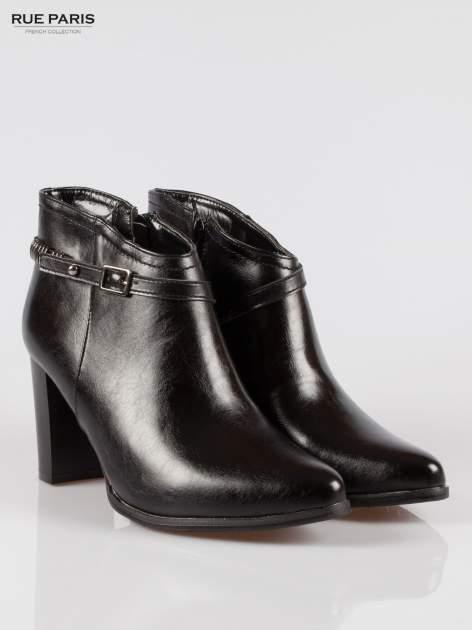 Czarne eleganckie botki na słupkowym obcasie z klamerką                                  zdj.                                  2