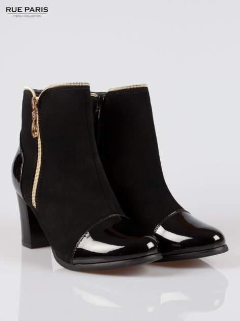 Czarne eleganckie botki na słupku z lakierowanym noskiem i złotym suwakiem                                  zdj.                                  2