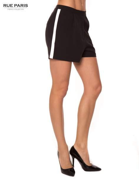 Czarne eleganckie szorty z kontrastowym lampasem                                  zdj.                                  4