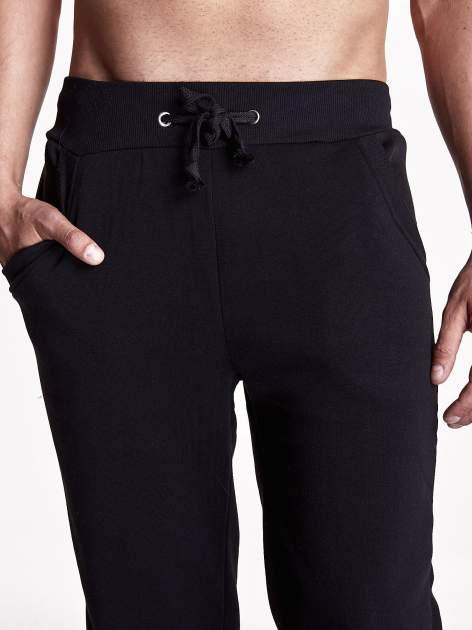Czarne gładkie spodnie męskie z ociepleniem i kieszeniami                                  zdj.                                  4