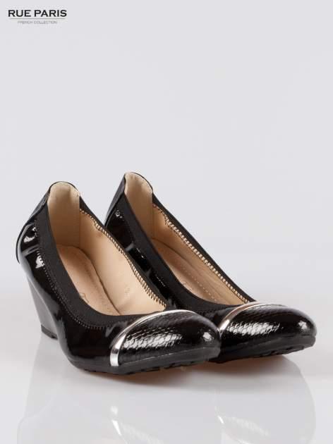 Czarne lakierowane koturny faux leather Martha z ozdobnym czubkiem                                  zdj.                                  2