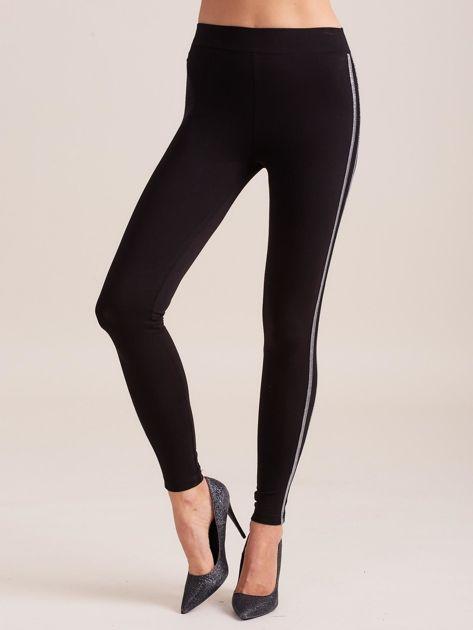 Czarne legginsy z błyszczącym lampasem                              zdj.                              1
