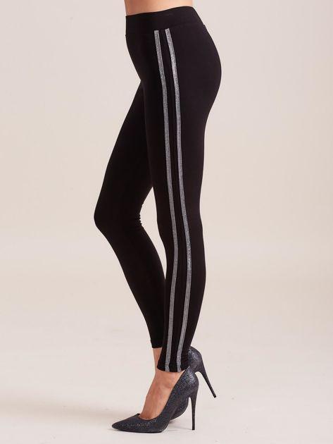 Czarne legginsy z błyszczącym lampasem                              zdj.                              4