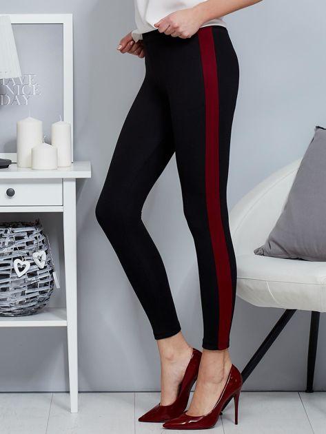 Czarne legginsy z bordowym lampasem                              zdj.                              3