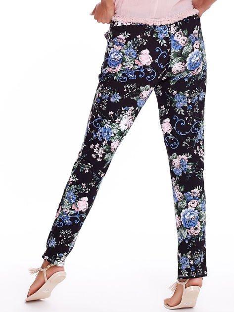 Czarne luźne kwiatowe spodnie                              zdj.                              2