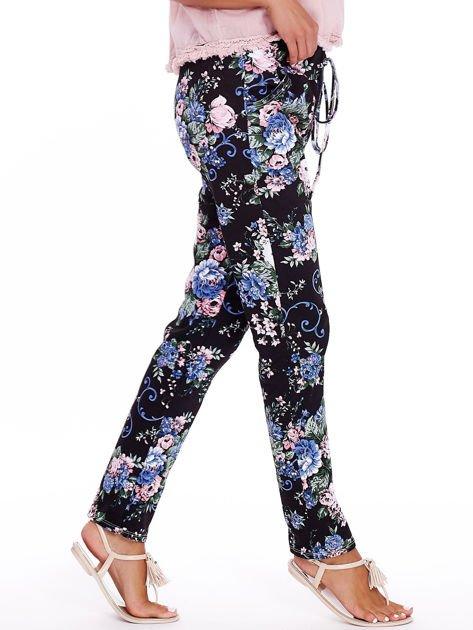 Czarne luźne kwiatowe spodnie                              zdj.                              3