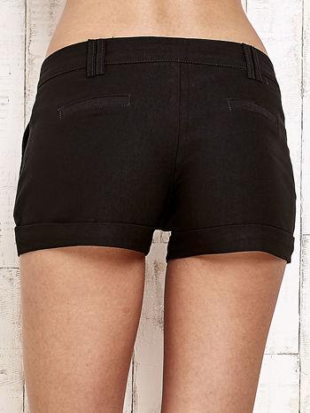 Czarne materiałowe szorty z podwijaną nogawką                                  zdj.                                  3