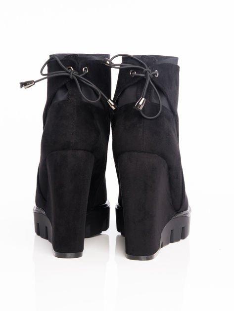 Czarne matowe botki na koturnach z ozdobnym sznurowaniem na tyle buta                                  zdj.                                  3