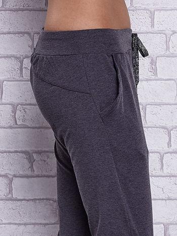 Czarne melanżowe spodnie capri z bocznymi kieszeniami                                  zdj.                                  5