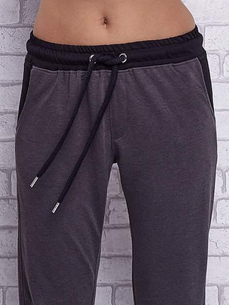 Czarne melanżowe spodnie dresowe z wiązaniem w pasie                                  zdj.                                  4