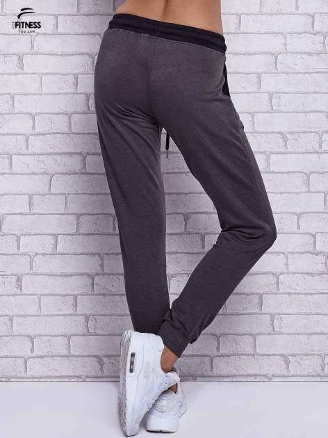 Czarne melanżowe spodnie dresowe z wiązaniem w pasie                                  zdj.                                  3