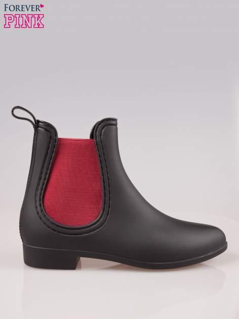 Czarne niskie kalosze z czerwoną gumą po bokach cholewki