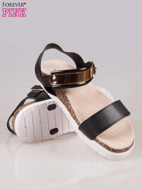 Czarne płaskie sandały z blaszką na korkowej podeszwie                                  zdj.                                  4