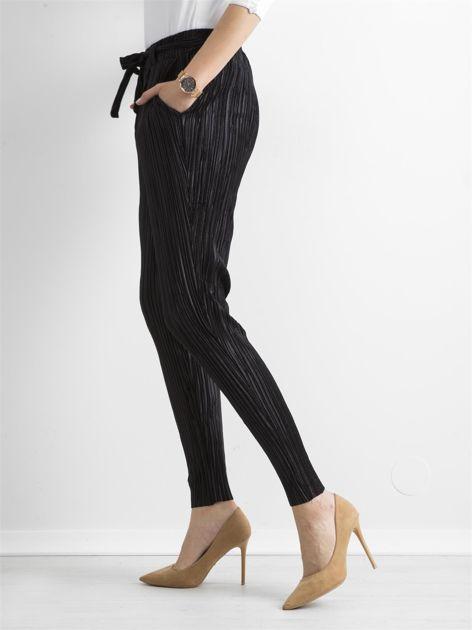 Czarne plisowane spodnie                               zdj.                              3