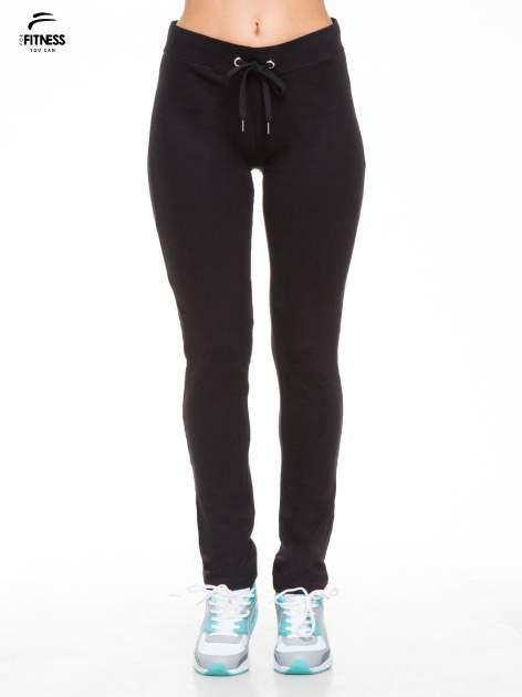 Czarne proste spodnie dresowe wiązane w pasie                                  zdj.                                  1
