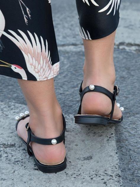 Czarne sandały z ozdobnymi perełkami na przodzie cholewki                              zdj.                              3