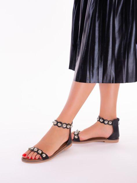 Czarne sandały z zapięciem na suwak z tyłu cholewki                              zdj.                              4