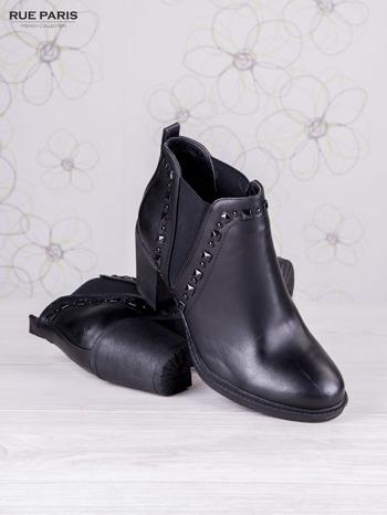 Czarne skórzane botki Annie z trójkątną gumową wstawką i błyszczącymi dżetami                                  zdj.                                  4