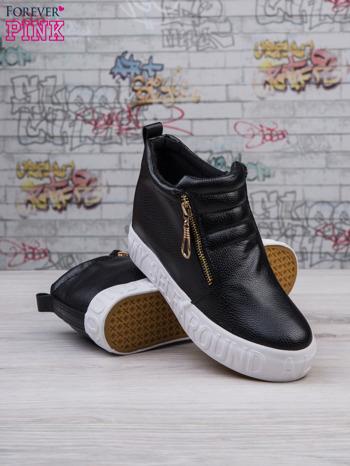 Czarne skórzane buty slip on Tracy ze złotym suwakiem i napisem                                  zdj.                                  3