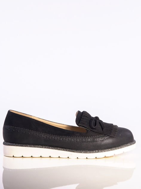 Czarne skórzane lordsy z zamszową wstawką z przodu buta i ozdobną kokardką, na białej podeszwie                              zdj.                              1
