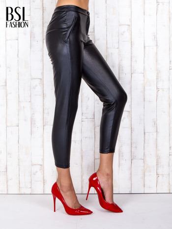 Czarne skórzane spodnie skinny z zapięciem na guzik                                  zdj.                                  3