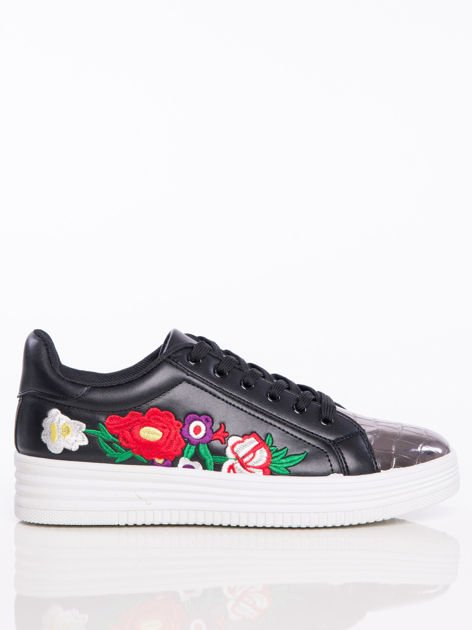 Czarne skórzane trampki z haftowanymi kwiatami i lustrzanym tłoczonym przodem