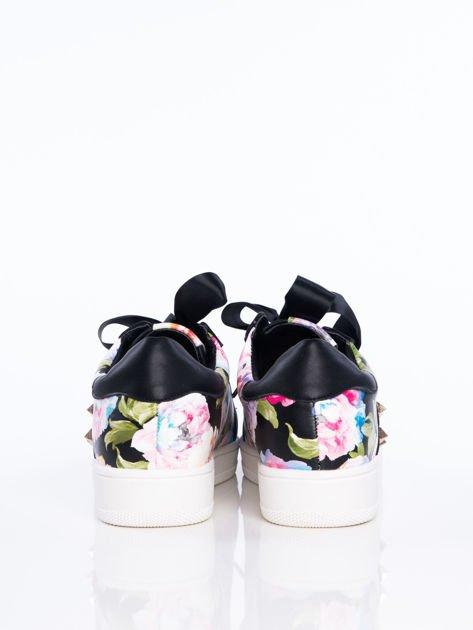 Czarne skórzane trampki z ozdobnymi ćwiekami i kwiatowym motywem na boku cholewki                              zdj.                              3