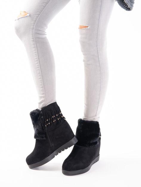 Czarne sneakersy z futrzanym przodem i frędzelkami