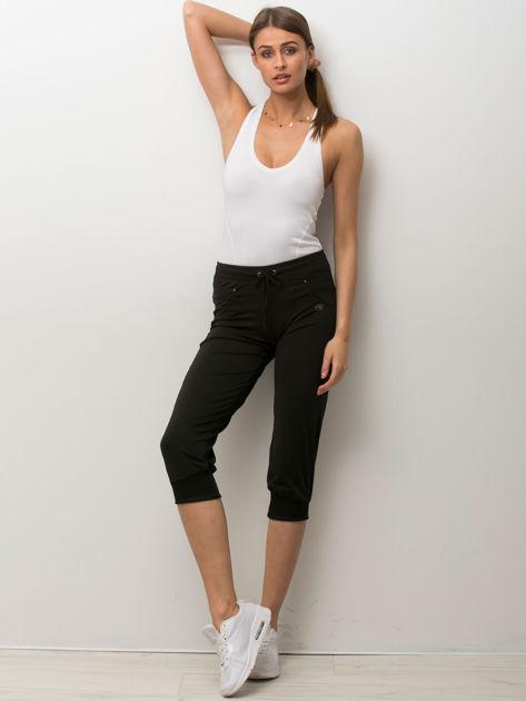 Czarne spodnie capri z aplikacją                              zdj.                              4
