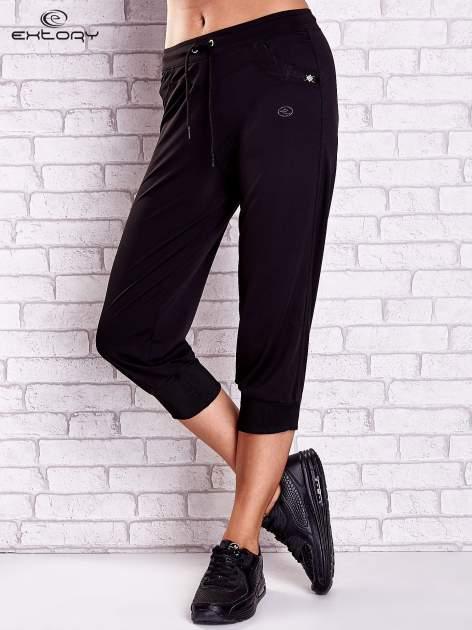 Czarne spodnie capri z dżetami i lampasami                              zdj.                              1
