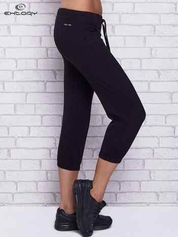 Czarne spodnie capri z kieszeniami i gumką w pasie                                  zdj.                                  3