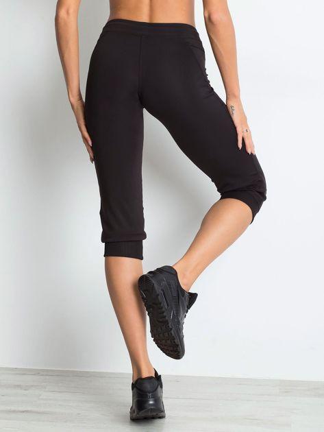 Czarne spodnie capri z kieszonką                               zdj.                              2
