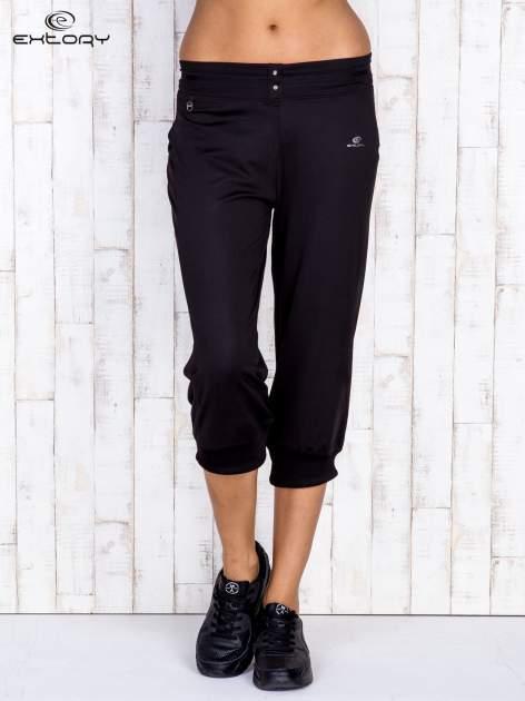 Czarne spodnie capri z surowym wykończeniem PLUS SIZE                                  zdj.                                  1
