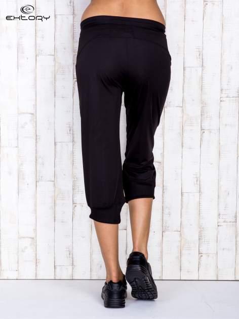 Czarne spodnie capri z surowym wykończeniem PLUS SIZE                                  zdj.                                  3