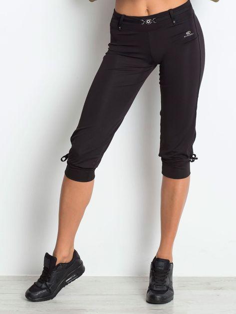 Czarne spodnie capri z troczkami przy nogawkach