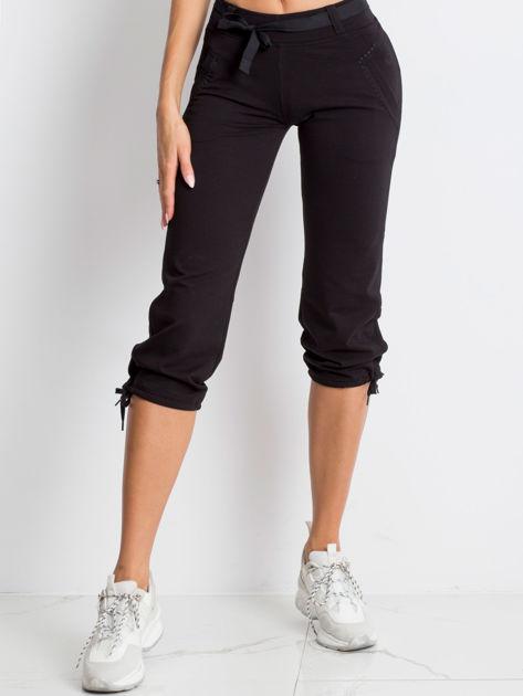 Czarne spodnie dresowe capri z bocznymi kieszeniami                              zdj.                              1