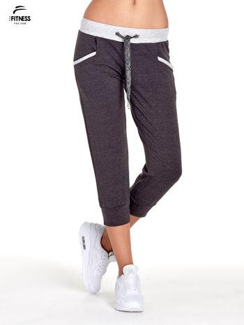 Czarne spodnie dresowe capri z kontrastowym pasem                                  zdj.                                  1