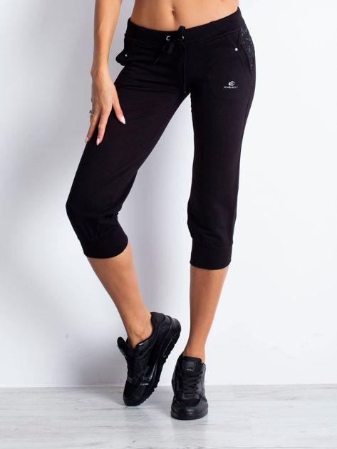 Czarne spodnie dresowe capri z kwiatowymi kieszeniami                                  zdj.                                  4