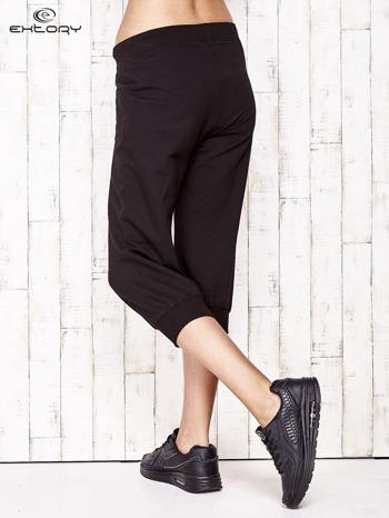 Czarne spodnie dresowe capri ze ściągaczami na dole                                  zdj.                                  2