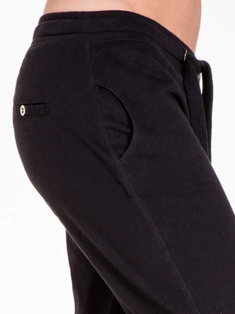 Czarne spodnie dresowe damskie z guziczkami                                  zdj.                                  7