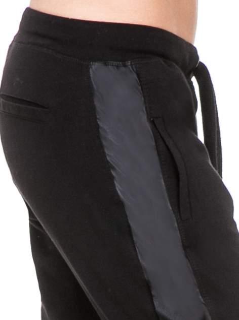 Czarne spodnie dresowe damskie ze skórzanymi lampasami                                  zdj.                                  5