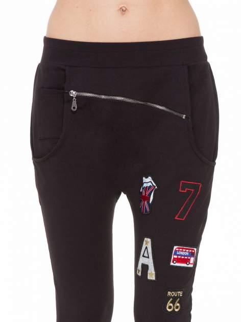 Czarne spodnie dresowe typu baggy z naszywkami                                  zdj.                                  5
